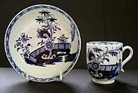 LOWESTOFT PORCELAIN RARE BLUE AND WHITE SCROLL HANDLE COFFEE CUP & SAUCER CHINESE GARDEN SCENE PATTERN C.1770-1780 right