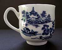 FIRST PERIOD WORCESTER FINE COFFEE CUP WITH GROOVED HANDLE, THE MAN IN THE PAVILION PATTERN BFS II.B.1. C.1758