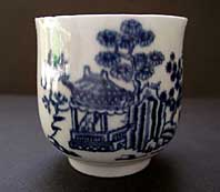 antique pottery image - FIRST PERIOD WORCESTER FINE COFFEE CUP WITH GROOVED HANDLE THE MAN IN THE PAVILION PATTERN BFS II.B.1