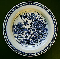 CAUGHLEY PORCELAIN BLUE AND WHITE ROUND BUTTER TUB DISH - CAUGHLEY FENCE PATTERN C.1775-1785