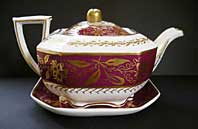 FINE REGENCY STAFFORDSHIRE SPODE FELSPAR PORCELAIN CLARET GROUND TEAPOT AND TEAPOT STAND, PATTERN 3980 C.1824